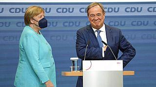 Angela Merkel y Amin Laschet se cruzan antes de valorar el resultado electoral