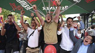 Сторонники СДПГ радуются результатам своей партии на выборах.