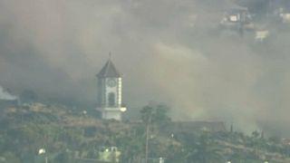Campanario de la iglesia de Todoque, momentos antes de ser derribado por la lava del volcán