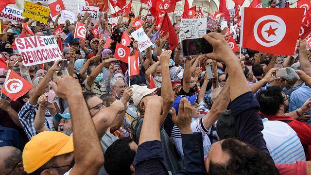 Les Tunisiens manifestent pour que le Parlement soit rétabli