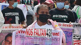 Marcha multitudinaria en Ciudad de México en recuerdo de los 43 de Ayotzinapa