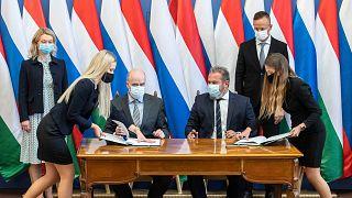 Dmitrij Jevgenyevics Averkin, a Gazprom export vezérigazgató-helyettese és Kóbor György, az MVM Zrt. elnök-vezérigazgatója  aláírja a hosszú távú gázszerződést