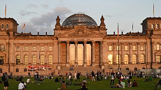 مبنى الرايخستاغ، مقر البرلمان الألماني بعد إغلاق مراكز الاقتراع، في برلين الأحد 26 سبتمبر 2021.