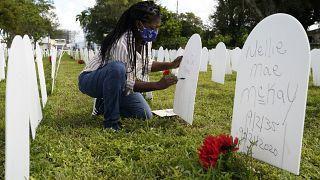مقبرة رمزية تم إنشاؤها لتكريم الأرواح التي فقدت بسبب  وباء كوفيد-19  في ميامي، الولايات المتحدة.