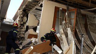 رجال إطفاء في منزل متضرر إثر زلزال ضرب قرية دماسي وسط اليونان.