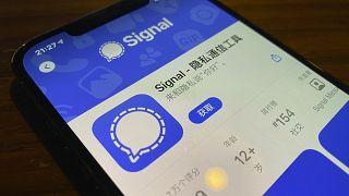 """عرض شاشة الهاتف الذكي لمتجر التطبيقات لتطبيق """"سيغنال""""  للمراسلة في بكين، الصين."""