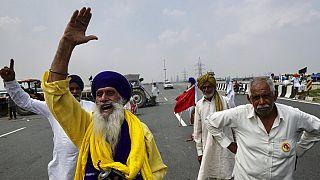 Un gruppo di manifestanti nella periferia di Nuova Delhi