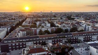 غروب الشمس خلف المنازل السكنية في العاصمة الألمانية برلين، 7 أيلول/سبتمبر 2021