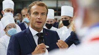 Fransa Cumhurbaşkanı Emmanuel Macron, gastronomi fuarında şeflerle sohbet ederken