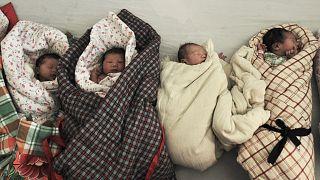 Archív fotó: fürdetésre váró újszülöttek a kelet-kínai Shandong egyik kórházában