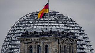 La bandera nacional alemana ondea desde lo alto del edificio del Reichstag en Berlín