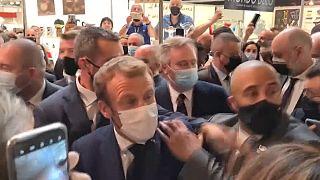 رشق الرئيس الفرنسي إيمانويل ماكرون بحبة بيض في ليون