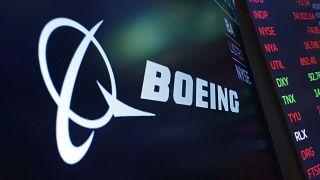 """شعار شركة """"بوينغ"""" الأمريكية لتصنيع الطائرات كما يظهر على شاشة أعلى مركز تداول في بورصة نيويورك"""