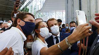 Le président français pose pour un selfie lors de sa visite au Salon international de la restauration, de l'hôtellerie et de l'alimentation (SIRHA), à Lyon, le 27/09/2021