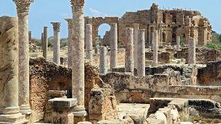 منظر عام لأعمدة رخامية  في مدينة لبتيس ماغنا Leptis Magna الرومانية القديمة، في مدينة الخمس الساحلية الليبية.