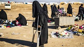 امرأة فرنسية تُدعى أمل، 25 عامًا، تستخدم عكازين للمشي في مخيم الهول للنازحين الذي يديره الأكراد في محافظة الحسكة شمال شرق سوريا، 14 كانون الثاني/ يناير 2020
