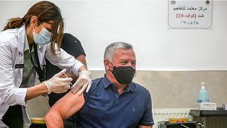 الملك الأردني عبدالله الثاني خلال تلقيه جرعة تلقيح مضاد لفيروس كورونا. 14/01/2021
