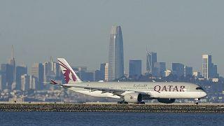 طائرة للخطوط الجوية القطرية تستعد للإقلاع في مطار سان فرانسيسكو الدولي في الولايات المتحدة.