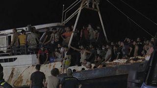 Barco cheio de migrantes atraca em Lampedusa