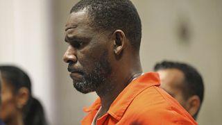 ر. كيلي خلال جلسة استماع في محكمة لايتون الجنائية في شيكاغو، الولايات المتحدة.