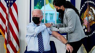 الرئيس جو بايدن يتلقى جرعة معززة من لقاح فايزر المضاد لكوفيد-19 في البيت الأبيض في واشنطن.