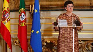 وزيرة الخارجية الإسبانية السابقة أرانتشا غونزاليس لايا  في مؤتمر صحفي في لشبونة  البرتغال.