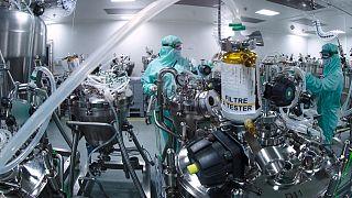 فنيو مختبرات متخصصون في صناعة اللقاحات، مركز التوزيع العالمي لشركة الأدوية الفرنسية سانوفي  في فرنسا.