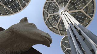 أشجار لتوليد الطاقة بجوار تمثال لجمل في جناح الاستدامة في موقع معرض إكسبو دبي في الإمارات.