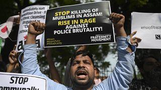 احتجاجات تندد بحملة إخلاء لعائلات مسلمية في ولاية آسام في 23 سبتمبر، انتهت باشتباكات عنيفة مع الشرطة في نيودلهي، الهند، في 25 سبتمبر 2021