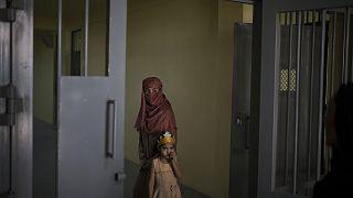 Afganistan'ın başkenti Kabil'deki Puli Çarhi Hapishanesi'nde kalan Raziye ve 6 yaşındaki kızı Aliya