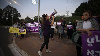 """مظاهرة للتنديد بجرائم العنف تحت وسم """"حياة العرب مهمة""""، قرب منزل وزير الأمن العام، عمر بارليف، في بلدة كوخاف يائير وسط إسرائيل، السبت 25 سبتمبر 2021"""