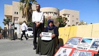 Emine Şenyaşar ve oğlu Ferit Şenyaşar, Urfa Adliyesi önünde 9 Mart'tan bu yana 'adalet nöbeti' eylemi yapıyor.