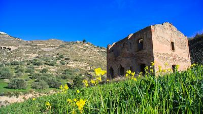 A single dilapidated house in the Italian countryside.