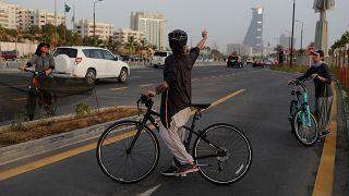 إيمان جوهرجي مصممة أزياء سعودية خلال ركوبها الدراجة في كورنيش جدة. 24/06/2018