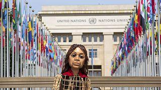 الدمية العملاقة أمل في جنيف أمام مقر الأمم المتحدة