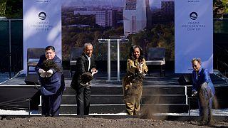 """O Governador do Illinois e a """"mayor"""" de Chicago ladeiam o casal Obama no arranque das obras"""