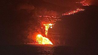 شاهد: حمم بركان جزيرة لا بالما تصل إلى البحر ومخاوف من انبعاثات سامّة