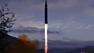 """صاروخ """"هواسونغ-8"""" الجديد الذي تدعي كوريا الشمالية أن سرعته  تفوق سرعة الصوت تم إطلاقه من تويانغ ري في مقاطعة جاغانغ في كوريا الشمالية."""