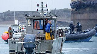 Des pêcheurs français bloquant le port de Saint Hélier, sur l'île de Jersey, le 6 mai 2021