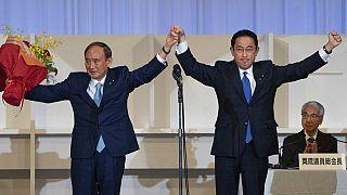 Le futur chef du gouvernement japonais Fumio Kishida, à droite et le premier ministre sortant Yoshihide Suga, Tokyo, 29 septembre 2021