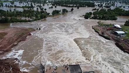 Thai authorities rush to repair flood levees