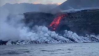 La Palma: la lava del vulcano raggiunge l'Oceano
