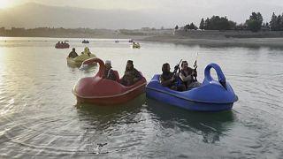 Armes à la main, des talibans découvrent la fête foraine