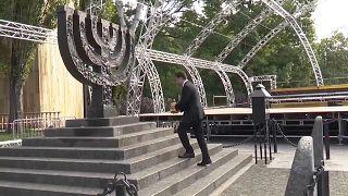 Volodymyr Zelenskyy colocou uma coroa de flores no monumento dedicado às vítimas