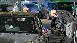 أزمة الوقود في بريطانيا وعسكريون سيتولون نقل الوقود إلى محطات التوزيع