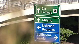 I cartelli che portano al tunnel del San Gottardo