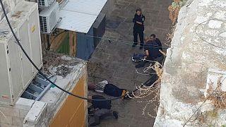 القوات الإسرائيلية أمام جثة امرأة أطلقوا النار لمحاولتها طعن ضباط في مدينة القدس القديمة.
