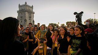 Farkhunda Muhtaj diante das jovens futebolistas junto à Torre de Belém