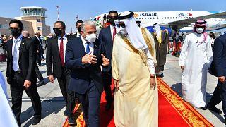 وزير الخارجية الإسرائيلي يائير لبيد لدى وصوله إلى البحرين