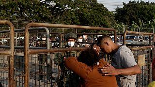 Familiares aguardam notícias de dentro da prisão Litoral, em Guayaquil